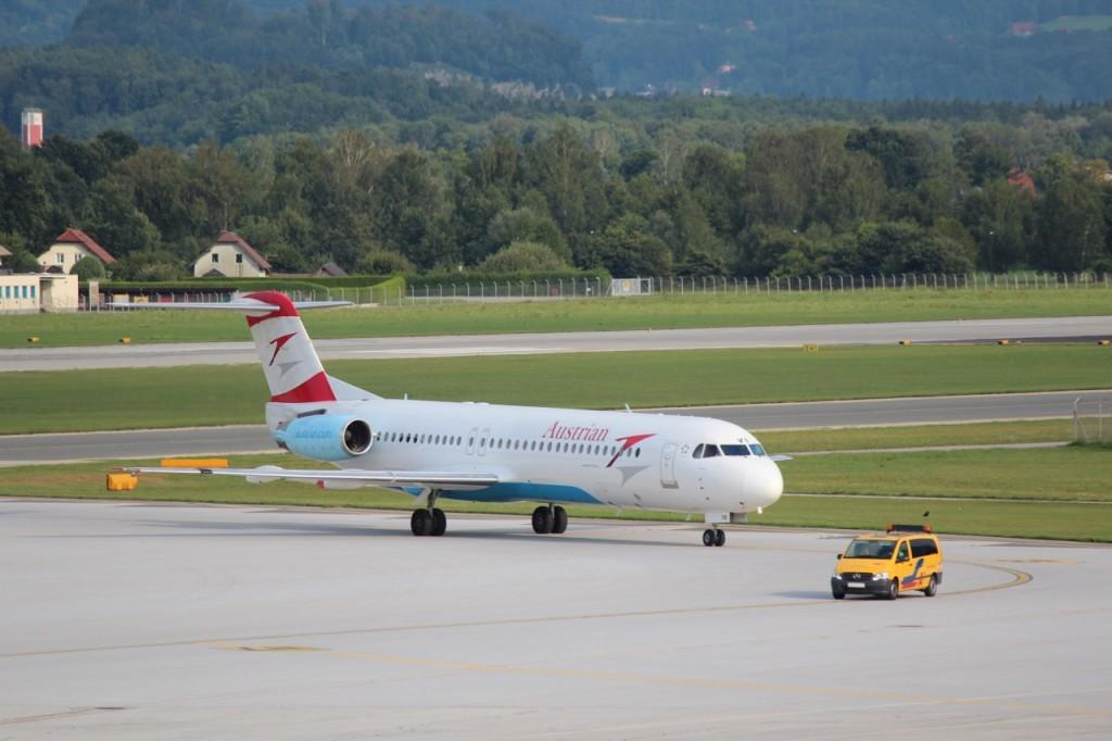 Austrian Airlines Fokker 100 OE-LVB nach der Landung in Salzburg