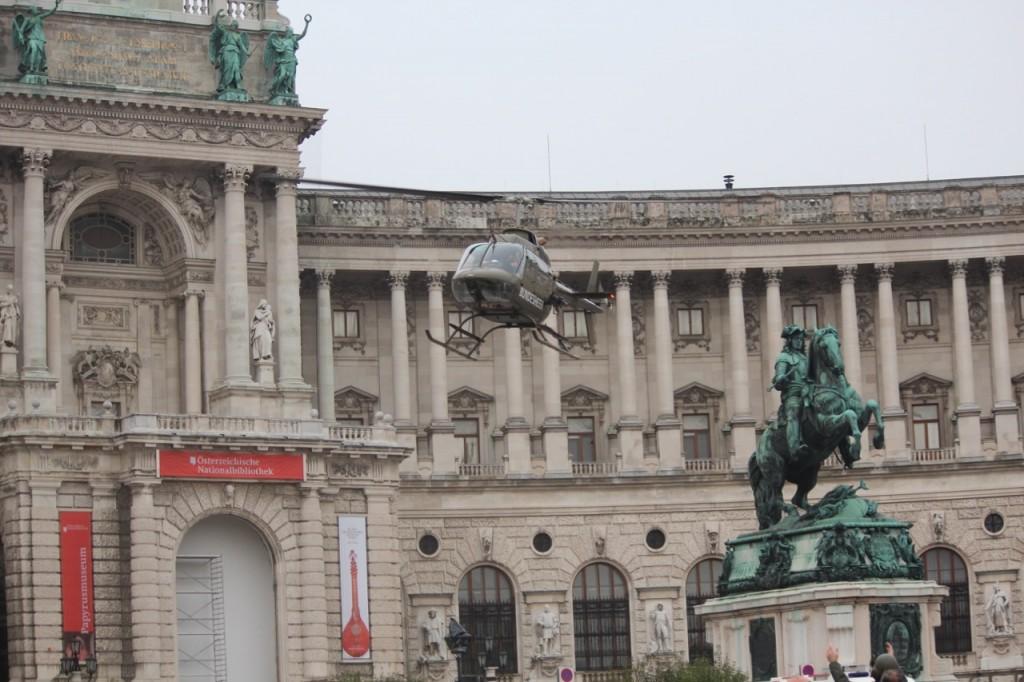OH-58 Kiowa bei der Landung am Heldenplatz