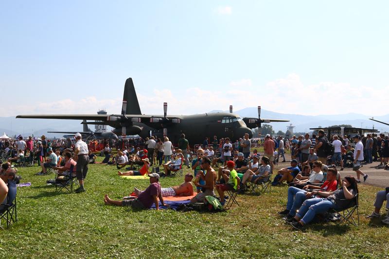 """Zahlreiche Besucher in Zeltweg vor einer LOCKHEED C-130 """"HERCULES"""" des österreichischen Bundesheeres"""