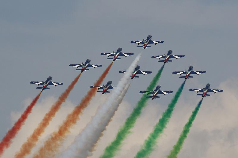 """Die Frecce tricolori flogen zu den Klängen der italienischen Hymne (""""Fratelli d'Italia..."""") und beeindruckten die Gäste mit ihren präzisen Manövern"""
