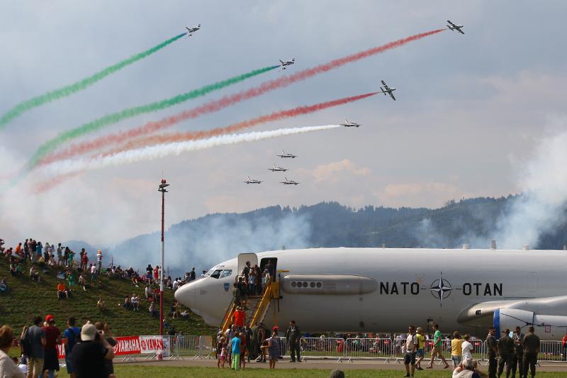 Die Frecce tricolori aus Italien und NATO Awacs: Boeing E-3A Sentry