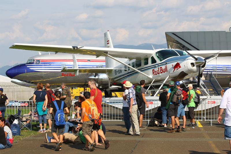 Red Bull Cessna 208 Caravan OE-EDM und Douglas DC-6 OE-LDM von den Flying Bulls im Hintergrund